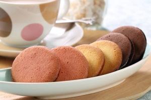 アンリシャルパンティエのクレーム・ビスキュイ、春限定の味、さくらと、プレーン、チョコレートの3種類の味を楽しめます