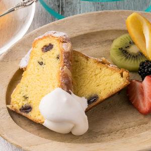 クグロフはスライスして生クリームとフルーツを添えても美味しく食べられる