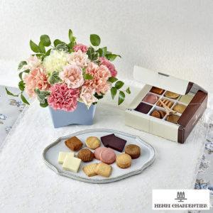 母の日のプレゼントに日比谷花壇の花アレンジとアンリシャルパンティエのクッキーの詰め合わせがおすすめ