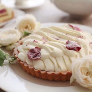 日比谷花壇のバラ「さ姫」を使った、「花咲くローズチーズタルト」は母の日におすすめのスイーツです。