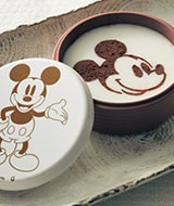 ベルメゾンのキャラクターおせち、ディズニーおせち「ミッキーマウスの三段重」には自分で仕上げるミッキーマウスのプリンが入っています